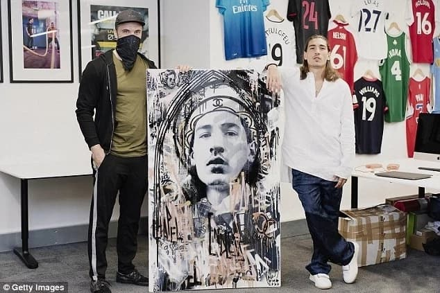 Bellerin receives a portrait of himself as a gift from an artist