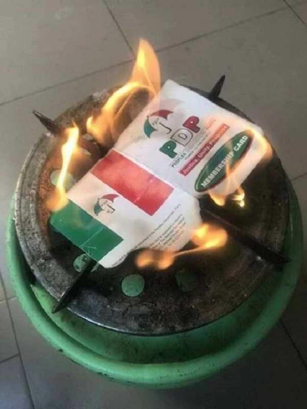 Canja dan takarar gwamnan PDP a Kano: Masoya Kwankwaso sun fara kona katinansu na PDP, hotuna