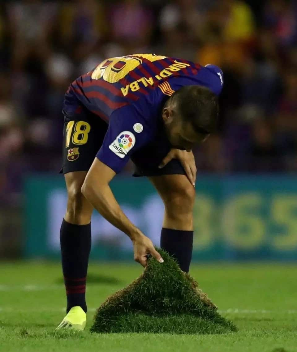 Pique and Busquets angry with Real Valladolid's pitch