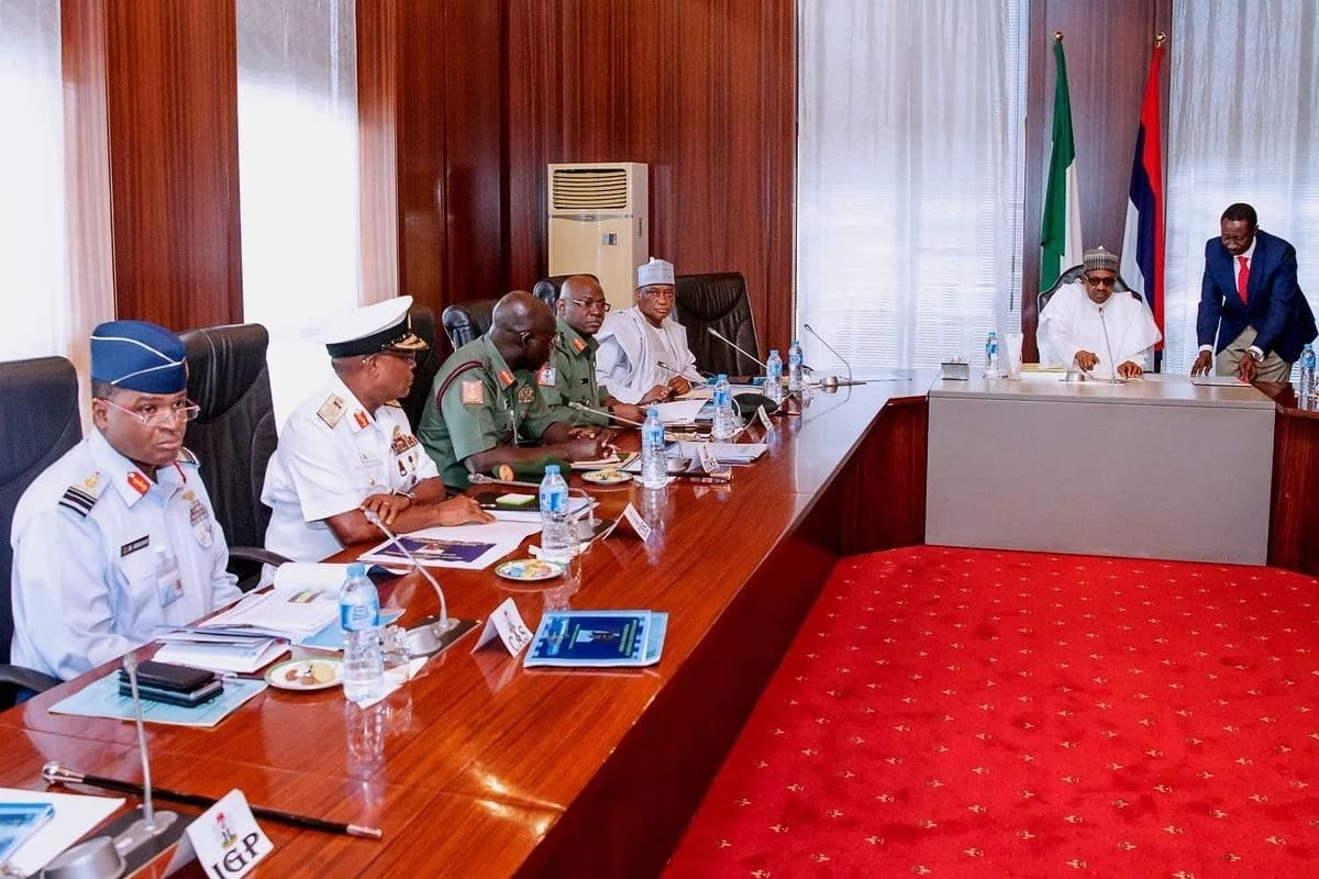 Breaking: Buhari holds secret meeting with service chiefs in Aso Rock (photos)