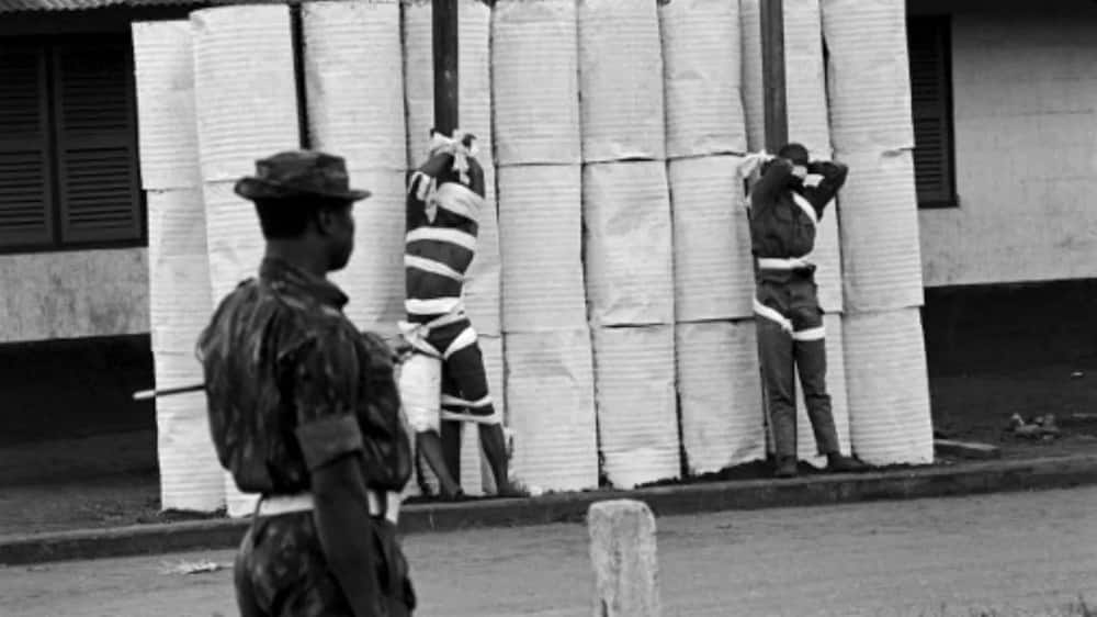 Two Nigerian federal army officers after their execution by the Biafran army, on July 02, 1968 during the war. / AFP PHOTO / Colin HAYNES
