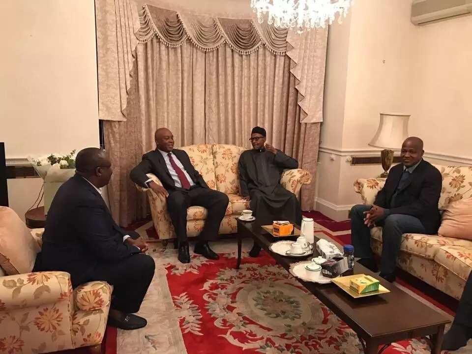Buhari meeting with Saraki, Dogara, other lawmakers in Abuja House, London (PHOTOS)