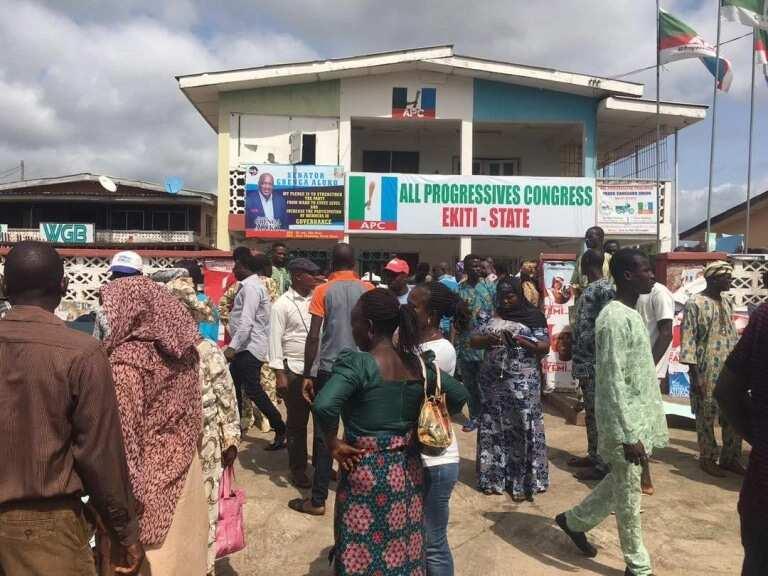 DEVELOPING: Protesters storm APC secretariat in Ekiti, demand state chairman's resignation