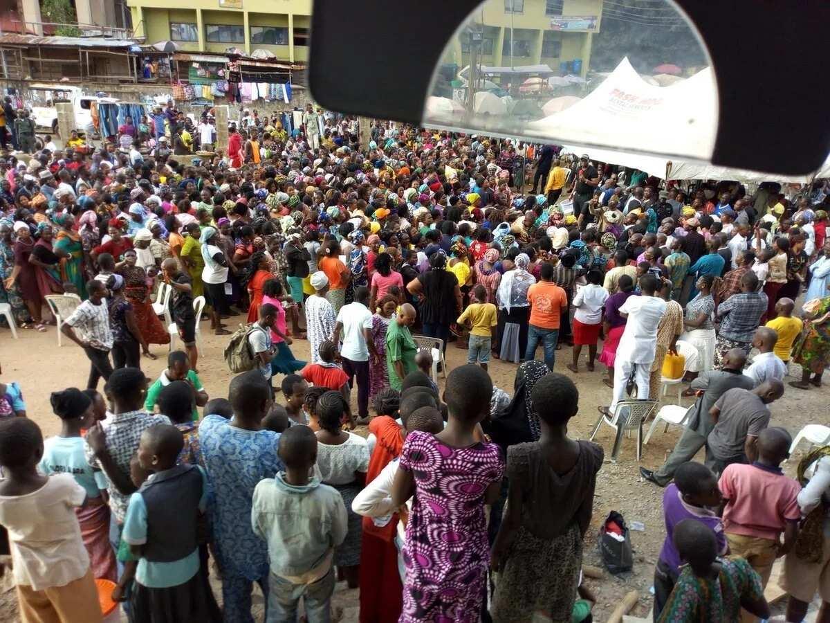 Governor Fayose allocates shops to Ekiti traders in Oba market (photos)
