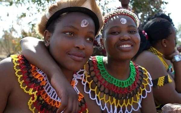 jungfraeuliche-maedchen-des-afrikanischen-stammes