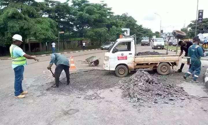 Governor Ugwuanyi commences repairs of potholes in Enugu