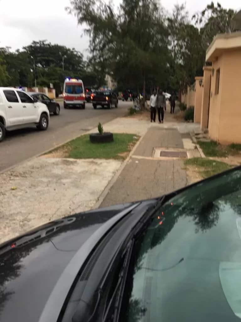 Police cars allegedly blocking the home of the Senate president. Photo source: Bamikole Omisore