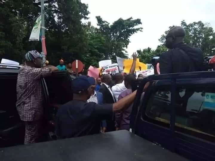 Breaking: Benue youths block Ortom from meeting APC leaders in Abuja