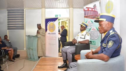 2 Nigerian security agents honoured for returning dollars to US returnee (photos)