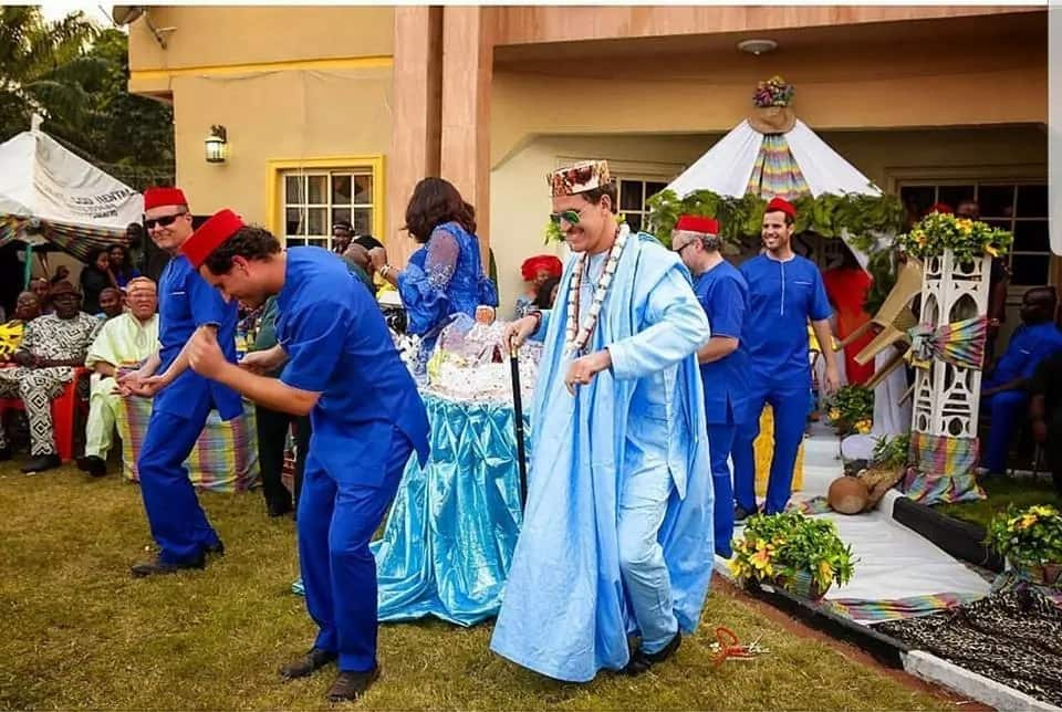 Oyinbo man steps out in blue traditional outfit as he weds his Igbo bride (photos)