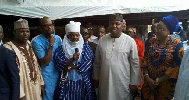 Gwamnan jihar Enugu ya kai ma Musulmai ziyara a Masallaci ya nemi ayi ma Buhari addua
