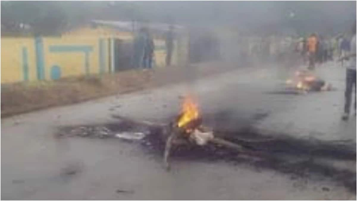Breaking: Irate youths set Osun police station ablaze, protest against alleged killing of resident by SARS (photos)