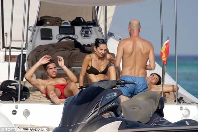 Zinedine Zidane relaxes on the yacht with his family