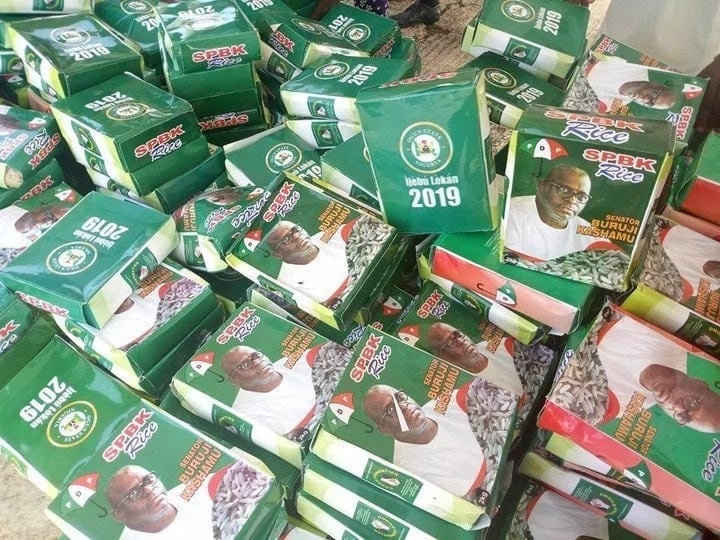 2019: Nigerian senator takes to the street to share N500 notes as 'dividends of democracy' (photos)