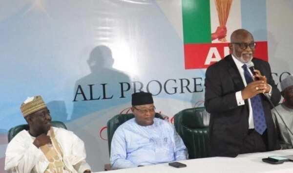 Zamu tabbatar da cewa an kori dukkan yan jam'iyyar PDP a ma'aikatun gwamnati – Shugaban APC, Oshiomole