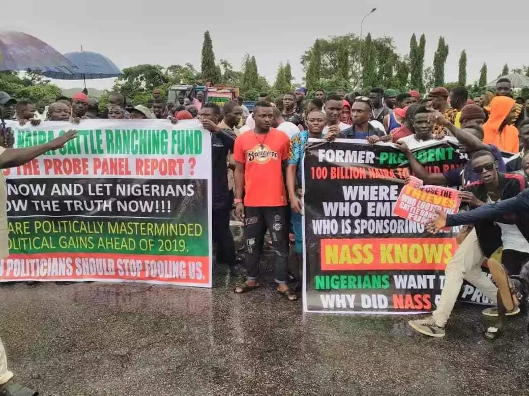Group protest in National Assembly over alleged misappropriation of ranching fund (photos)