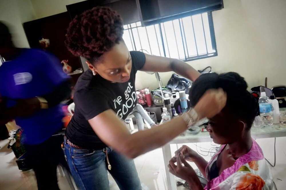 Making packing gel hairstyle
