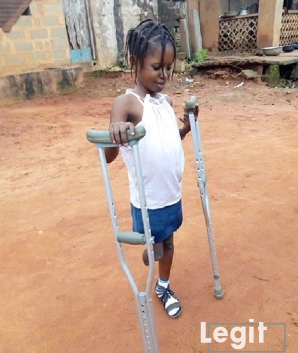 Kind-hearted corps member donates arm crutches to a physically challenged girl in Odogbolu