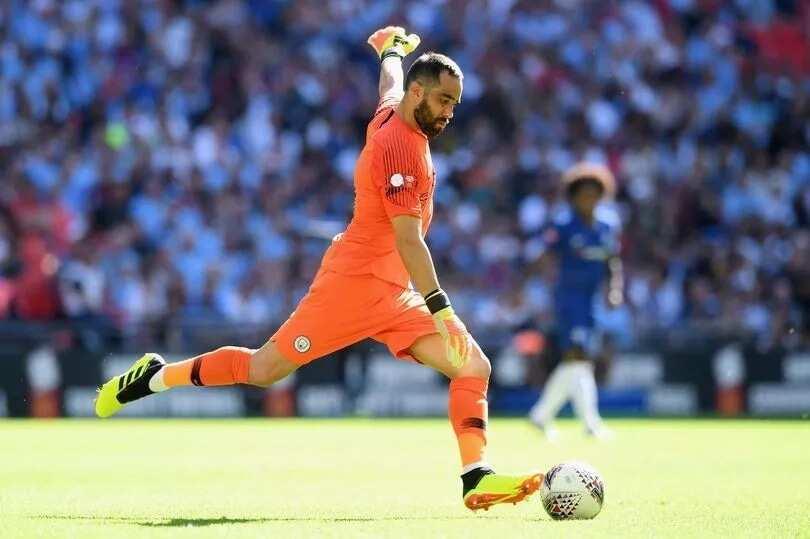 Manchester City goalie Claudio Bravo suffers injury in training
