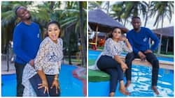 Lady gives her fiance doggy-style pose in pre-wedding photos